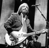 """2. Oktober 2017: Tom Petty (66 Jahre)  Ganz unerwartet verstarb der legendäre Musiker in seinem Haus in Malibu an einem Herzstillstand. Tom Petty and The Heartbreakers wurden mit Songs wie """"Free Fallin"""" und """"Learning To Fly"""" weltberühmt, und das """"Rolling Stone""""-Magazin zählte ihn zu den 100 größten Musikern aller Zeiten."""