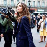 Auf dem Weg zur Fashion Show von Stella McCartney in Paris wird Charlotte Casiraghi von den Streetstyle-Fotografen abgelichtet. Kein Wunder, ihre Plateauschuhe sind schließlich auch ein echter Hingucker und zudem ein stylischer Kontrast zu ihrem sonst in Blautönen gehaltenen Outfit.