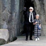 Zusammen mit Patenkind Hudson Kroenig grüßt Star-Designer Karl Lagerfeld seine Fans aus der Felsspalte.
