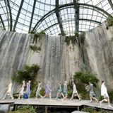 Die Kulisse der Chanel-Show ist mit Fels und Wasserfällen auch in dieser Saison nicht Geringeres als beeindruckend.
