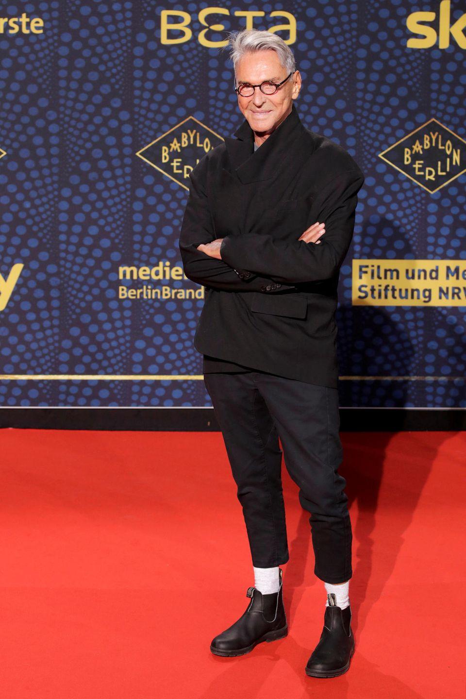 Mit weißen Socken auf dem roten Teppich? Star-Designer Wolfgang Joop darf das.