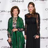 """Bei der Gala der """"World Childhood Foundation"""" in New York bezaubert nicht nur die schwangere Prinzessin Madeleine im schwarzen, spitzenbesetzen Abendkleid auf dem roten Teppich, sondern auch ihre Mutter Königin Silvia im floralen Glamour-Look mit grünem Seidenschal."""