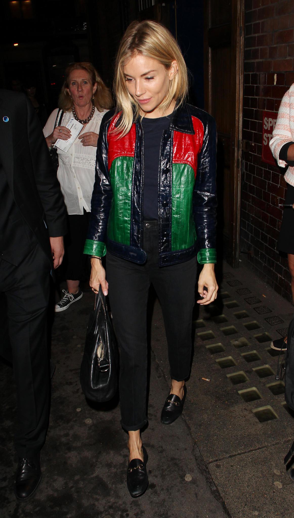 Sienna Miller trägt zu ihrer Gucci-Lederjacke die passenden Loafer und eine schmale Jeans