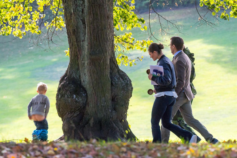 """Beim 125-jährigen Jubiläum der Förderung von Freiluftsleben Koppartälten schlendern Prinzessin Victoria und Prinz Daniel gemütlich durch den Hagapark. Was sie dabei nicht wissen: Hinter dem nächsten Baum wartet eine Überraschung. Einer der kleinen Besucher hat das """"frei"""" etwas zu wörtlich genommen und nutzt den Park als Outdoor-Toilette."""