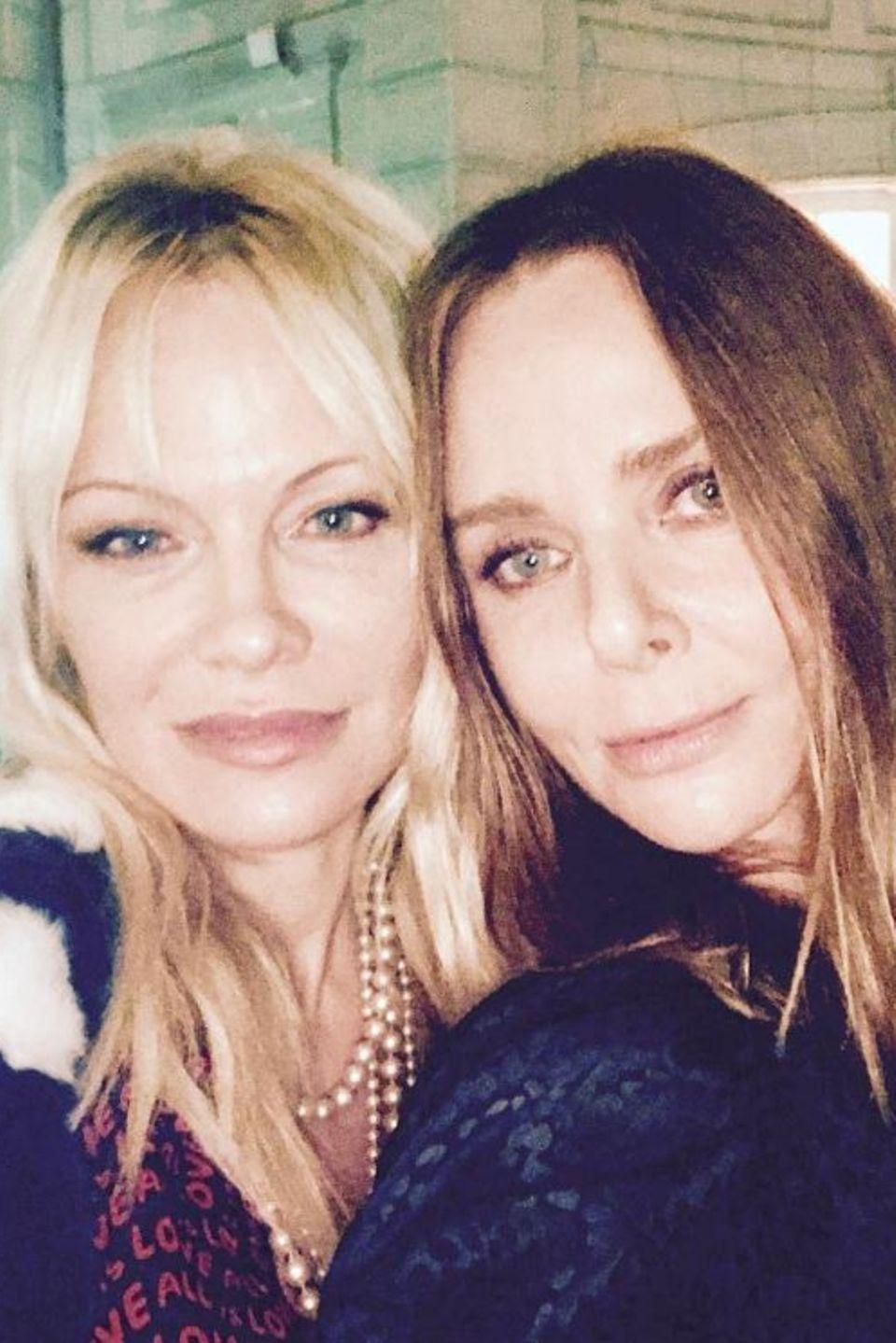 Pamela Anderson und Stella McCartney  Die sexy Schauspielerin und die britische Modedesignerin haben eine ganz besondere Verbindung: den Tierschutz. Gemeinsam setzen die Powerfrauen sich leidenschaftlich für die Organisation PETA ein.