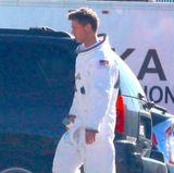 """Er konzentriert sich endlich wieder auf das, was er am besten kann: Auf die Schauspielerei. Brad Pitt wird hier auf einem Parkplatz in einem Astronautenkostüm abgelichtet. Anfang 2019 soll der Film """"Ad Astra"""" erscheinen."""
