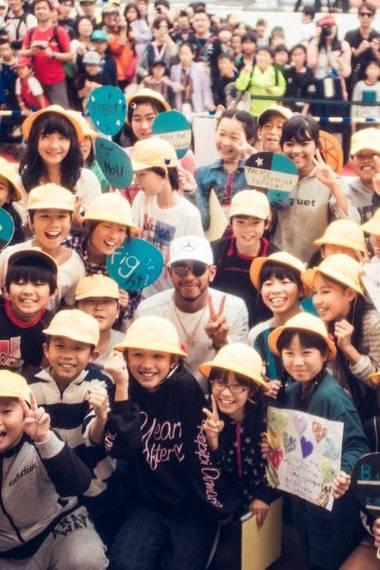 5. Oktober 2017  Formel 1Superstar Lewis Hamilton freut sich auf das Rennen in Suzuka, Japan. Auf dem Foto lässt der umstrittene Brite auch seine freundliche Seite aufblitzen und macht damit viele japanische Kinder glücklich.