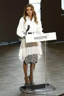 Bei einer Veranstaltung in New York zeigt sich Königin Rania in einer raffinierten weißen Bluse, die sie über einem gemusterten Rock trägt und mit einem Gürtel tailliert hat. Dazu trägt sie die Haare in offenen Wellen und schwarze Pumps.