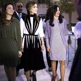 """In einem schwarz-weißen Hingucker-Kleid eröffnet Königin Rania die """"Amman Design Week 2017"""". Dazu trägt sie trendy, schwarze Ankle-Boots und gibt ihrem schicken Outfit das gewisse Edge."""