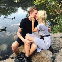 """In malerischer Kulisse, die an ein Gemälde von Claude Monet erinnert, hält Barron Hilton um die Hand seinerTessa Gräfin von Walderdorff an. Am Seeufer mitten im Central Park in New York überreicht er ihr den Verlobungsring. Dafür gibt es ein """"Ja"""" und einen Kuss."""