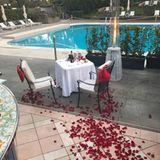 Im Rom-Urlaub nutzt Alexis Ohanian die romantische Atmosphäre der Stadt, um Serena Williams die entscheidende Frage zu stellen. Ein Weg aus Rosenblättern führt sie zu dem Private Dinner am Pool.