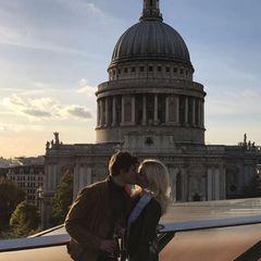 Lovely London: Auf den Treppen vor der imposanten St. Paul's Cathedral überrascht Oliver Cheshire seine total entzückte Pixie Lott.