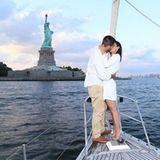 """Während einer Bootstour auf dem Hudson River beglückt """"Desperate Housewives""""-Hottie Jesse Metcalfe seine Cara Santana mit einem Smaragdring und der Frage aller Fragen. Den Rücken stärkt ihm dabei die New Yorker Freiheitsstatue."""