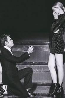 Der italienische Musiker Fedez plant für seine Chiara Ferragni gleich eine ganze Verlobungsshow: In der Arena von Verona performt er vor einem Riesenpublikum einen eigens eingeübten Love-Song und geht vor dem Instagram-Star anschließend auf die Knie.