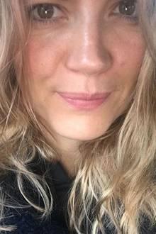 """TV-Moderatorin Nina Bott zeigt sich auf dem Weg ins Studio """"noch ganz struwwelig"""". Ihre Fans lieben den natürlichen Look ohne Make-up und loben die hübsche Zweifach-Mama."""