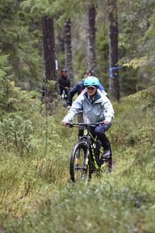 6. Oktober 2017  Noch cooler zeigt sich Victoria allerdings, als es aufs Mountainbike geht. Auf schmalen Waldwegen fährt sie so lässig, als würde sie Tag für Tag nichts anderes tun.