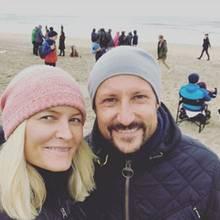 7. Oktober 2017  Norwegens Kronprinzenpaar, Mette-Marit und Hakoon, ist trotz kühlen Temperaturen an den Borestrand gereist und guckt sich hier die Surf-EM an. Vor Ort schießt die royale Blondine ein süßes Selfie von sich und ihrem Liebsten und teilt es auf Instagram.