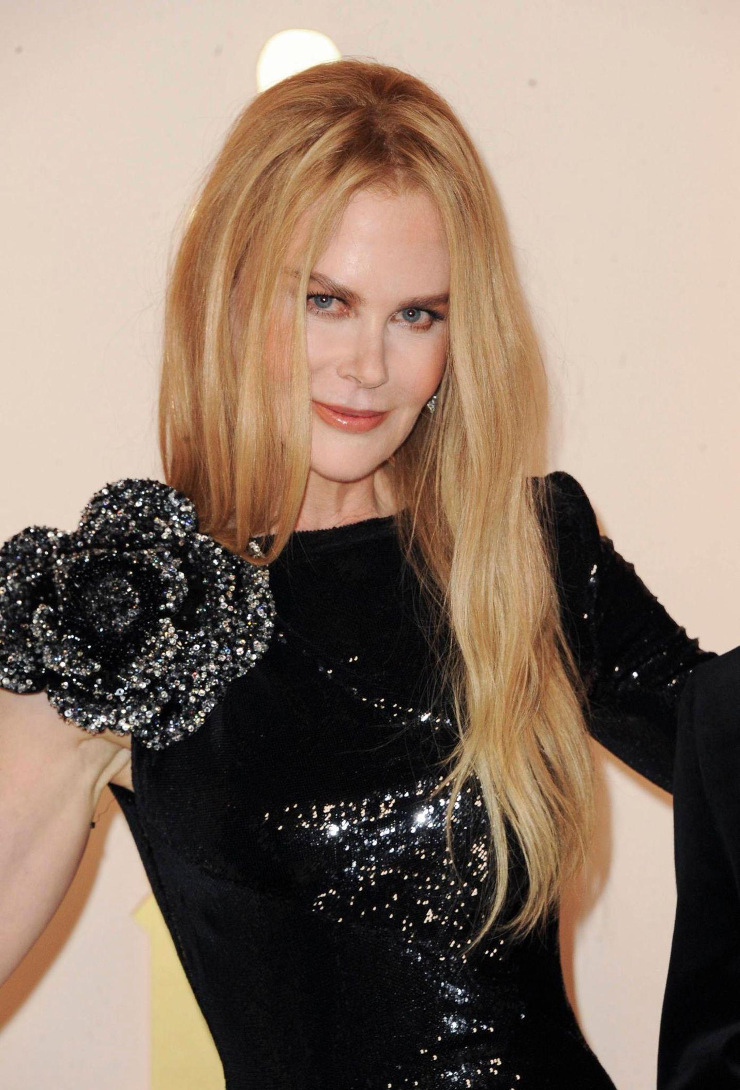 """""""Die Dolmetscherin"""", """"Australia"""", """"Eyes Wide Shut"""" - diese Filme dürften Ihnen hingegen etwas sagen. Sie haben Nicole Kidman nämlich zu dem Hollywood-Star gemacht, der sie heute ist. Und auch ihre blonde, glatte Frisur sollten Sie wiedererkennen. So trägt Nicole ihr Haar seit Mitte der 90er-Jahre."""