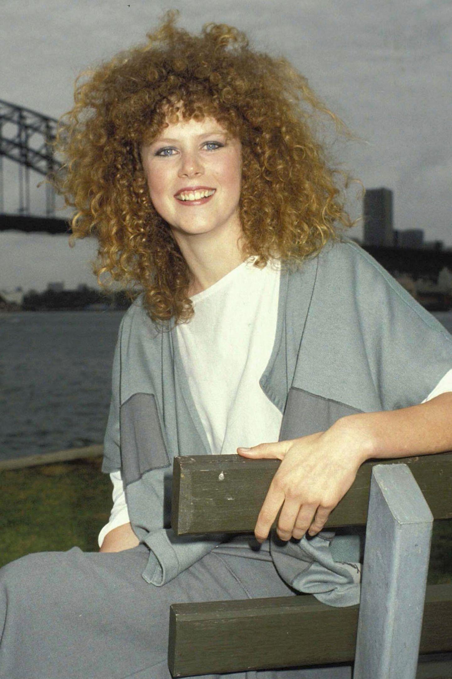 """Den Beginn ihrer Karriere legt Nicole Kidman als rot-brünetter Lockenkopf hin. Über Nacht wird sie in 1983 durch den Kinohit """"Bush Christmas"""" zum Star. Ihren Look und den Filmtitel kennen Sie nicht? Das kann gut sein. Schließlich ist Nicoles Bekanntheit zunächst auf ihre Heimat Australien beschränkt."""