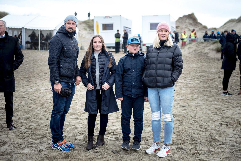 Norwegens Kronprinzenpaar, Mette Marit und Haakon, ist mit seinen Kindern Prinzessin Ingrid Alexandra und Prinz Sverre Magnus zum Borestrand gereist, um sich die Surf-Em anzuschauen. Ihren Gesichtsausdrücken nach zu urteilen scheinen die vier Royals von den kühlen Temperaturen nicht gerade angetan zu sein. Glücklicherweise haben sich warm und sportlich eingepackt - im sportlichen Partnerlook.