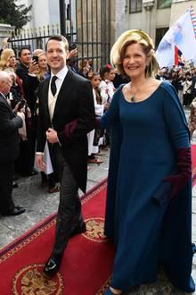 Zusammen mit seiner Mutter, Prinzessin Maria da Glória von Orléans e Braganza, lässt sich der Bräutigam auf dem Weg in die Kathedrale bejubeln. Es sind viele Einheimische gekommen, um die royale Hochzeit mitzuerleben.