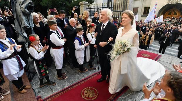 Am 7. Oktober ist für Danica Marinkovic der große Tag gekommen: Sie heiratet in Belgrad ihren Liebsten, Prinz Philip von Serbien. Dafür wurde vor der Kathedrale des heiligen Erzengel Michael der rote Teppich samt Wappen ausgerollt. Über diesen begleitet ihr Vater, der Künstler Milan Marinkovic, sie bis zum Altar.