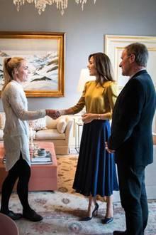 """Prinzessin Mary begrüßt die Empfänger des """"Kronprinzessin Mary Stipendiums"""" auf Schloss Amalienburg. Mit diesem Foto gewährt das dänische Königshaus einen selten Einblick in die Räumlichkeiten des Kronprinzenpaares. Fun Fact: Marys Outfit harmoniert mit dem Interieur."""