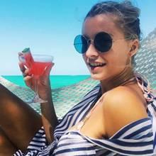 In der Hängematte genießt das Topmodel nicht nur die traumhaft schöne Kulisse, sondern ebenfalls einen leckeren Cocktail. Auf den Urlaub!