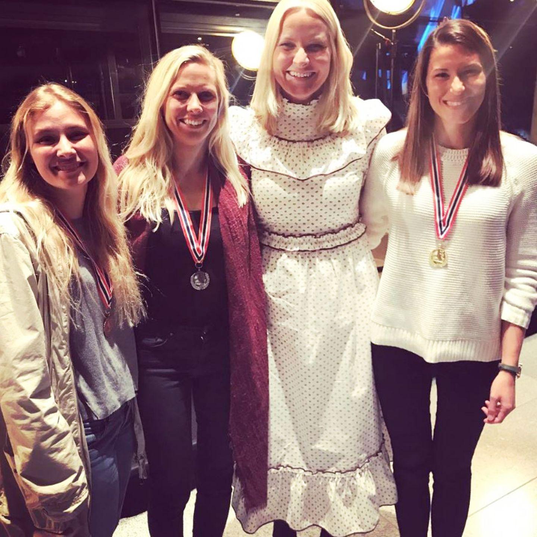 """""""Girlpower"""", schreibt Prinzessin Mette-Marit zu diesem Schnappschuss mit den drei erstplatzierten Teilnehmerinnen der Surf-EM auf Instagram. In diesem Folklore-Kleid im Vintage-Look wirkt die sonst eher sportliche Kronprinzessin von Norwegen allerdings ein wenig verkleidet."""