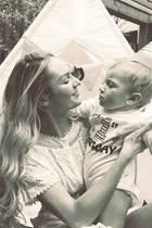 """""""Victoria's Secret""""-Engel Candice Swanepoel ist im Oktober 2016 unter die Modelmamas gegangen und feiert ein Jahr später den Geburtstag ihres süßen Anacã, der bei all ihren Reisen dabei ist."""