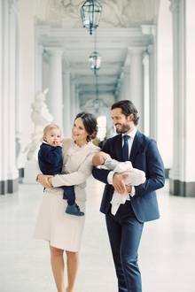 9. Oktober 2017  So ein süßes Dankeschön! Mit diesem niedlichen Familienfoto bedanken sich Prinzessin Sofia und Prinz Carl-Philip für die zahlreichen Glückwünsche zur Geburt von Prinz Gabriel.