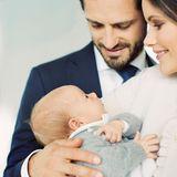 9. Oktober 2017  In diesem Bild von Prinzessin Sofia, Prinz Carl Philip und ihrem kleinen Gabriel steckt ganz viel Liebe drin - eins der zwei offiziellen Familienbilder, die das Prinzenpaar im Oktober veröffentlichte, um sich für die vielen Glückwünsche zur Geburt zu bedanken.