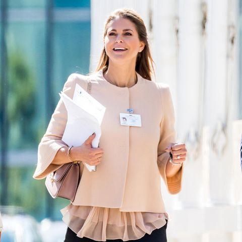 Prinzessin Madeleine legt bei den Vereinten Nationen in einem modernen Business-Look mit Kastenjacke und Zigarettenhose einen super Auftritt hin.
