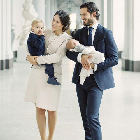Prinzessin Sofia hält Prinz Alexander auf dem Arm, Prinz Carl Philip das jüngste Kind Prinz Gabriel