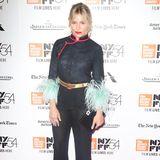 Bei Sienna Millers Red-Carpet-Auftritt in New York treffen Asia-Look und fedrige Details aufeinander.