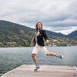 """Choreograph und """"Let's Dance""""-Juror Jorge González macht in bayerischer Tracht Luftsprünge vor Freude."""