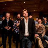 Auf ein schönes Männerwochenende: Gespannt lauschen die Gäste in der MIZU Bar des Hotel Bachmair Weissach der Begrüßungsrede.