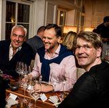 Im Restaurant MIZU freuen sich Hans-Reiner Schröder (BMW), Jens Huwald (Bayern Tourismus) und Frank Vogel (G+J) auf ein außergewöhnliches Sechs-Gänge-Menü.