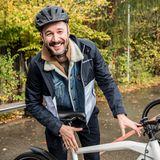 Moderator Jochen Schropp ist Gute-Laune-Garant und gern gesehener Gast beim Buddy Weekend. Auf seinem BMW Cruise E-Bike erforscht er die malerische Natur.