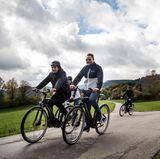 Make-up Artist Boris Entrup und Bastian Ammelounx (La Martina) genießen die BMW E-Bike-Tour - und das trotz schlechter Wetterprognosen.
