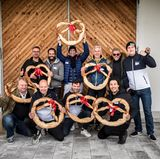 """Das Team """"Die strammen Waden"""" setzte sich in vier Disziplinen bei der BMW Alpenolympiade gegen die Konkurrenz durch. Hintere Reihe von links: Oliver Christian Eder (Harry Winston), Marcello Concilio (Ernsting's Family), Andreas Fuhlisch, Marc Freyberg (Brax), Stephan Kemen (Mäurer & Wirtz) und Tim Jürgens (11 Freunde). Vordere Reihe von links: Heiko Hager (G+J), Horst von Buttlar (Capital), Lewin Berner (Sioux) und Boris Entrup"""