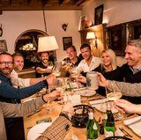 Beim Dinner in den Kreuther Fondue-Stuben wurde bei deftigen Speisen in gemütlicher viel gelacht.