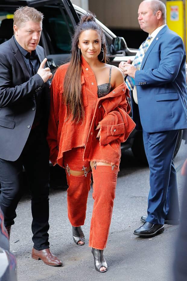 Demi Lovato schreckt nicht vor wilden Styles zurück, dieses orangefarbene Cord-Ensemble hätten wir aber eher ganz weit hinten im Kleiderschrank steckengelassen.
