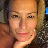 #loveyourself schreibt Sängerin Anastacia zu diesem ungeschminkten Selfies, welches sie auf Instagram postet. Die 49-Jährige, die sonst schon immer auf eine dickere Schicht Make-up setzt, kann sich definitiv auch ohne sehen lassen