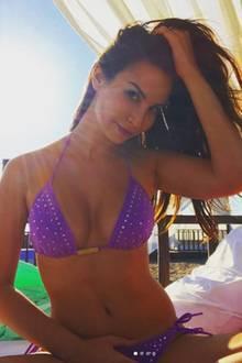 Sila Sahin setzt in Sachen Bademode auf eine Hinguckerfarbe. Ihr lila Bikini sticht zusätzlich durch Glitzerapplikationen hervor.