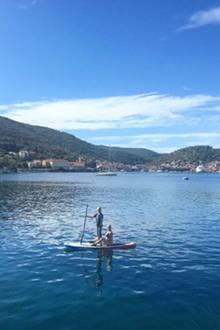 Gemeinsam mit einer Freundin paddelt Schauspielerin Amanda Seyfried rund um die malerische, kroatische Insel Vis.