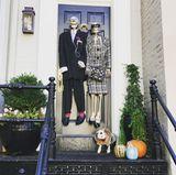 Laura Osswald ist bereits in bester Halloweenstimmung: Kein Wunder, bei der wirklich sehr treffenden Haustürdekoration vor dem Wohnort der deutschen Schauspielerin in Washington D.C..