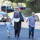 8. Oktober 2017  Zusammen mit ihren Söhnen Apollo und Zuma schreitet Gwen Stefani am Sonntagvormittag in Richtung Kirche. Den 9-jährigen Zuma müsste sie dabei eigentlich nicht mehr an die Hand nehmen, ist er doch ziemlich groß geworden.