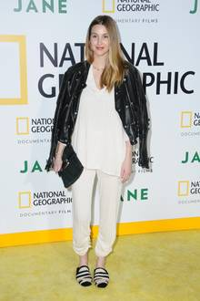 Es ist das erste Mal, dass sich der TV-Star nach der Geburt ihres Sohnes Ende Juli auf dem roten (gelben) Teppich zeigt. Ihren After-Baby-Body hüllt die Modedesignerin in ein etwas fragwürdiges Outfit: Puschel-Schlappen, ein Baumwoll-Zweiteiler und eine schwarze Lederjacke verstecken die Kurven der 32-Jährigen.