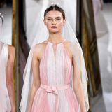 """Erstmalig spielt auch die Farbe Rosa eine Rolle in der Bridal-Kollektion von Kaviar Gauche. Bereits seit einigen Saisons zeigt das Designer-Duo in Paris und fühlt sich sehr mit der Stadt verbunden. An Inspiration fehlt es ihnen jedoch selten: """"Das Leben führt sie mit sich"""", sagen sie"""